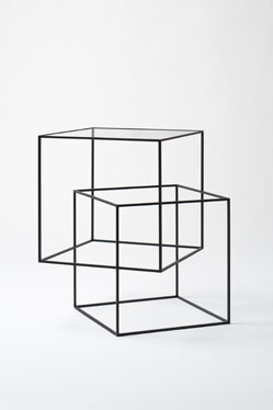thin black table de Nendo