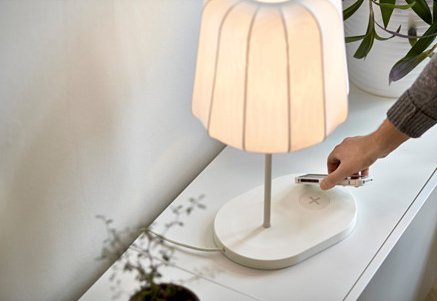 ikea varv-table-lamp-with-wireless-charging__0371033_PH124098_S4 Objets connectés