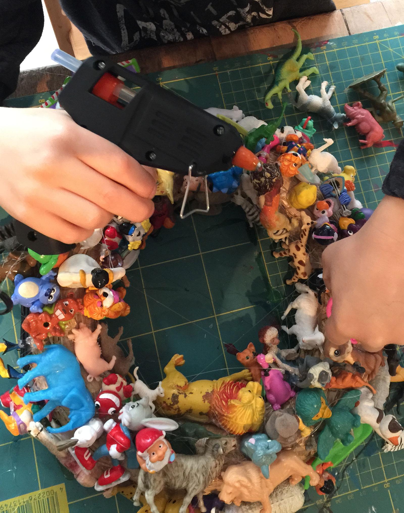 Diy-dkomag-couronne-jouets-4