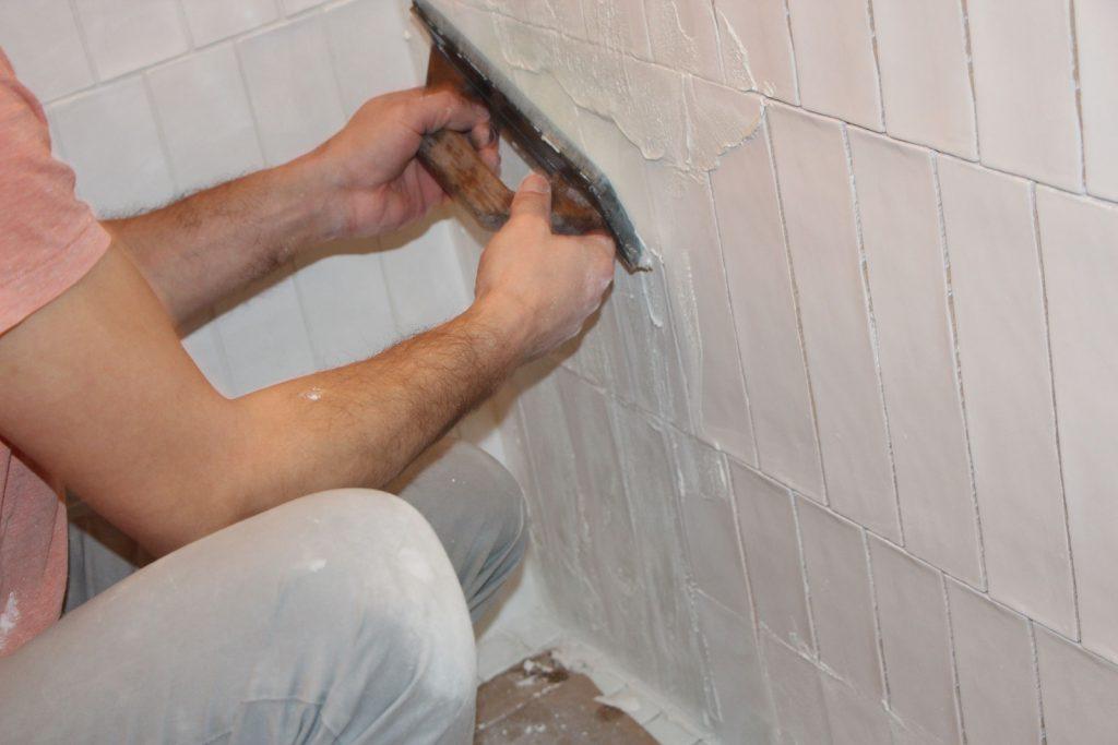 Pose d 39 un carrelage graphique avec les produits weber dkomag - Faire un joint de salle de bain ...